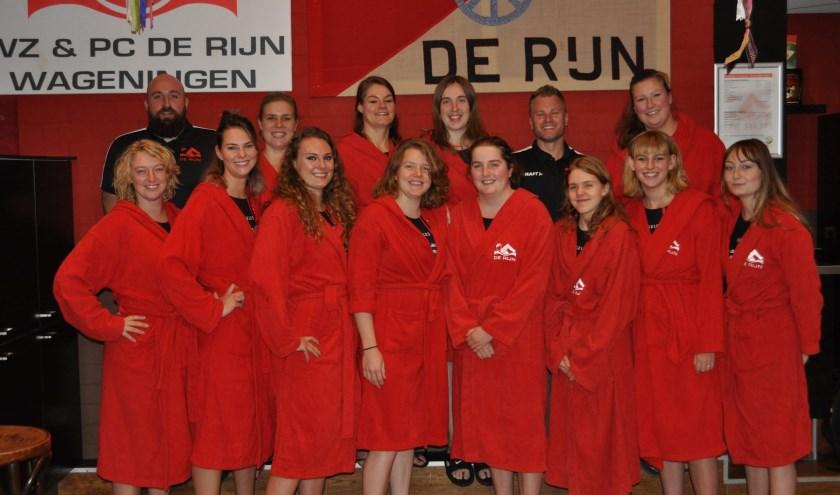 het 1e damesteam van De Rijn met de trainers Wouter Giesen en Luuk van Amersfoort