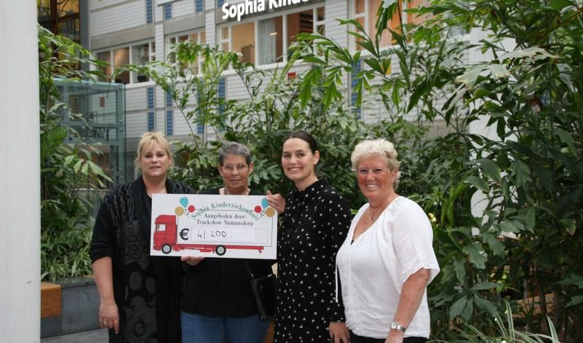 Hoogste bedrag in 18 jaar voor Sophia. v.l.n.r. Jacqueline, Bets, Pauline Wielaard en Esther. (foto: Alie 't Hooft)