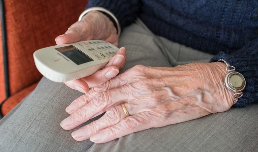 Via De Ouderenlijn kunnen senioren op een makkelijke manier met elkaar in contact komen. FOTO: Bellen & Bel.