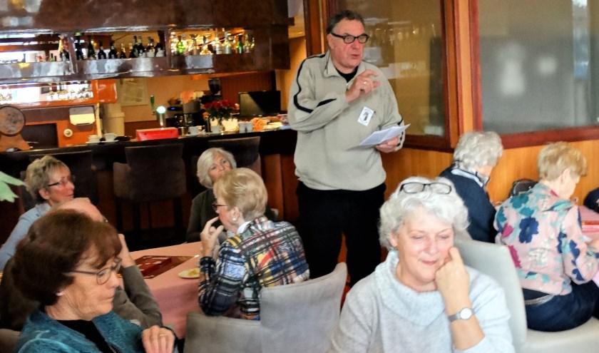 Table-officer Kees van Egmond geeft toelichting.
