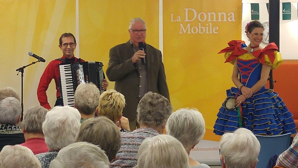 Voorzitter Frits Velker verwelkomt leden en kondigt optreden La Donna Mobile aan. Foto: Gerrit Grootentraast © DPG Media