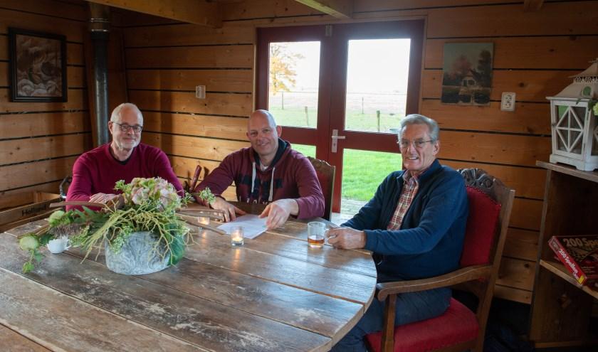 Van links af Goos Zwanikken, Zwier van der Weerd en Rob Aalberts. Het trio roept Oenenaren op om 29 november naar het dorpsplein te komen.