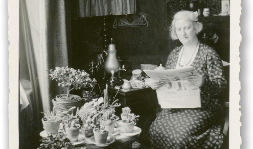 Mevrouw Sophia Fledderus-Mackaaij leest de krant in haar huiskamer aan Dorpstraat Oost in 1933. Foto: collectie HVB.