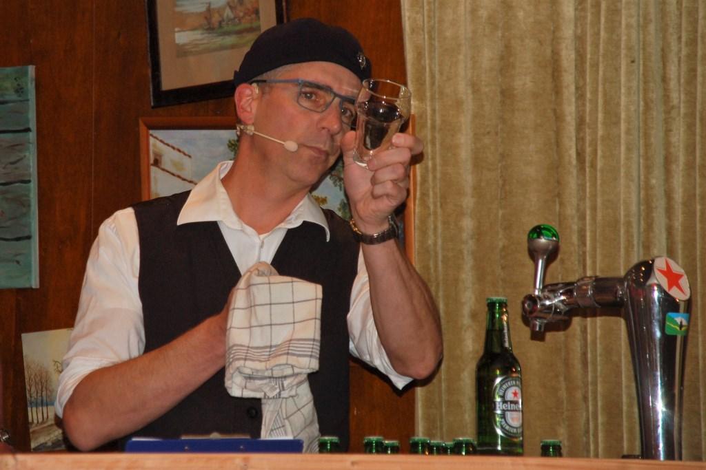 Barman Arjan praat de liedjes aan elkaar. Foto: Adrie Brugman © DPG Media