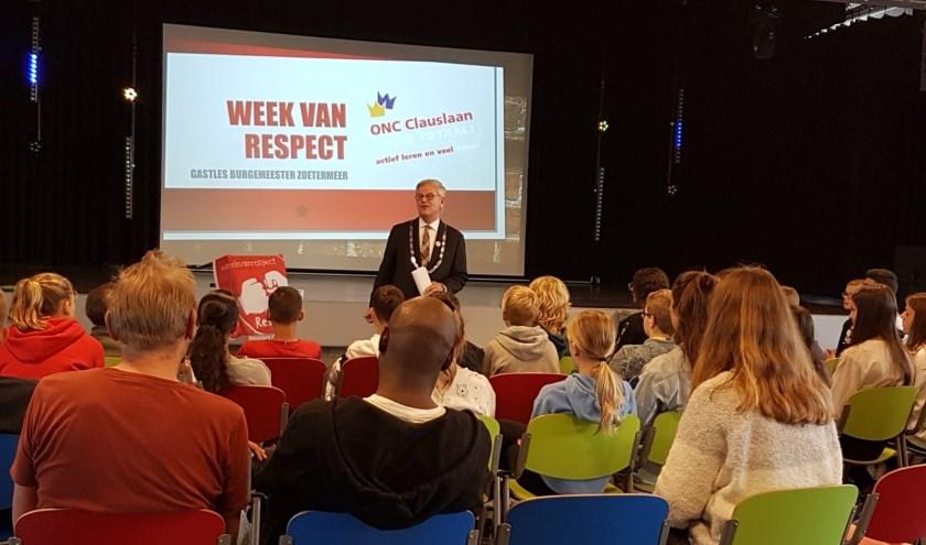 Burgemeester geeft gastles over respect op ONC Clauslaan