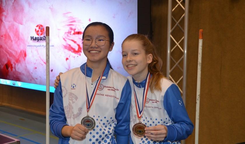Jinthe Hengstman (links) Elisabeth Damhuis (rechts)