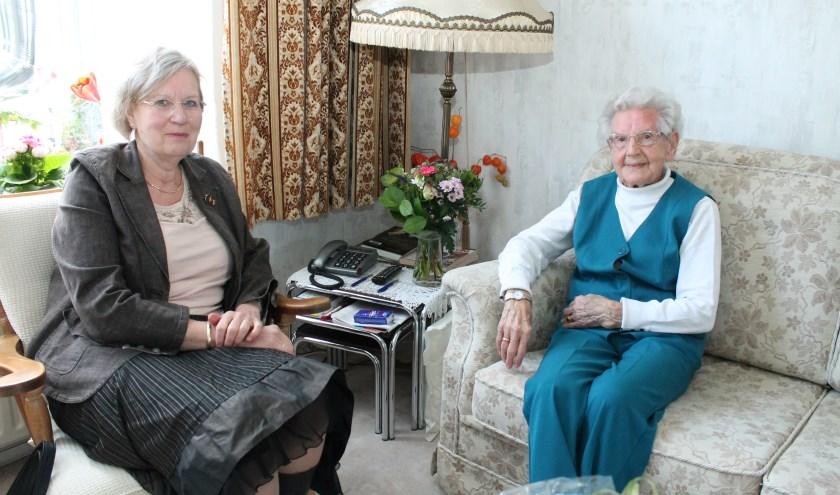 Burgemeester Letty Demmers kwam Sara Geelhoed feliciteren. Zij ontving ook gelukwensen van het Koninklijk Huis en de Commissaris van de Koning