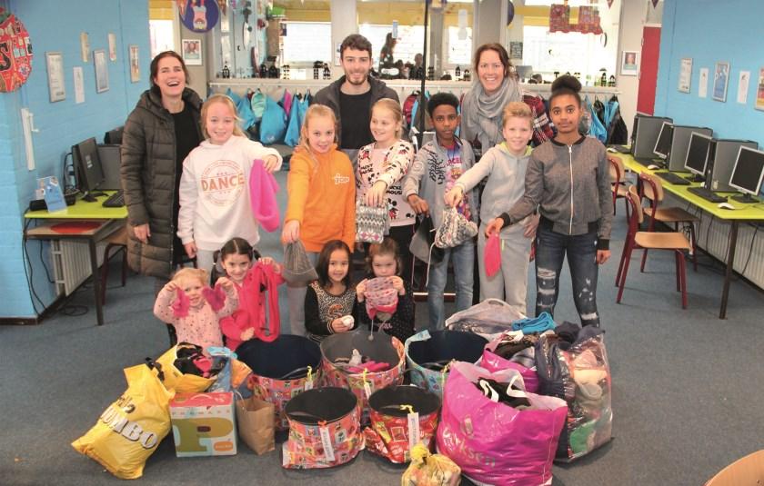 Leerlingen van basisschool De Wiekslag in Duiven hebben 1247,45 euro opgehaald en zakken vol mutsen, handschoenen en sokken.