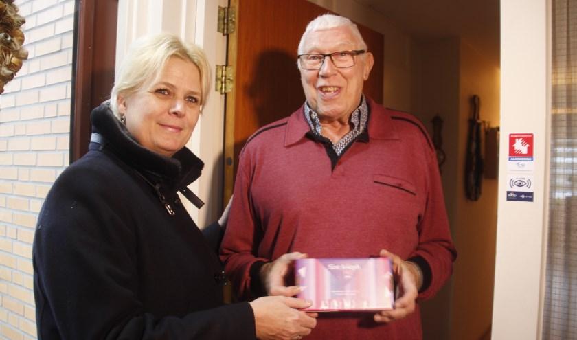 Directeur, Claudia Beumer overhandigt het 'verjaardagscadeautje', aan huurder Joop Letteboer