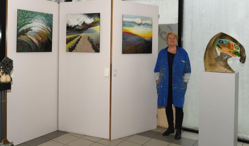 Beeldend kunstenaar Ankie Manders in haar atelier Burgemeester Honnerlage Gretelaan 53-61. (Foto: Marius Schinkel)