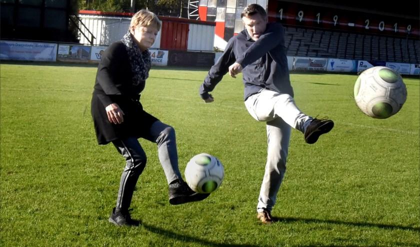 Corry Ursem en coach Willem Dekker trappen alvast een balletje op het ONA-veld. Foto: Marianka Peters