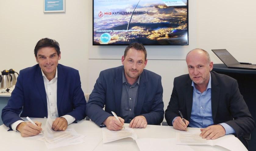 Ondertekening samenwerkingsovereenkomst tussen vlnr Marc Meijer (Da Vinci College), Sander Roosjen (Koedood) en Prof. Sascha Kersten (Universiteit Twente).
