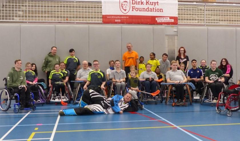 De rolstoelhockeyers verzamelden zich nog eens bij elkaar. FOTO: Erik van Langen