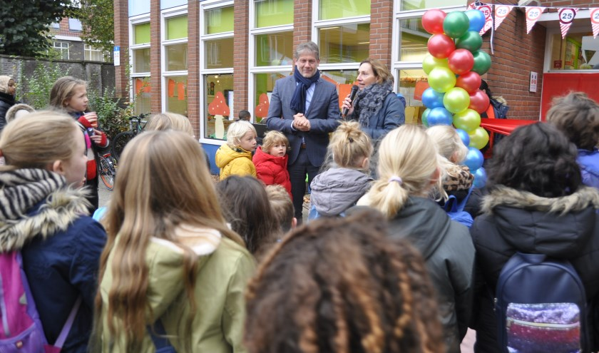 Afgelopen week heeft wethouder Ro van Doesburg onder luid applaus van de leerlingen het jubileum-feestjaar officieel geopend. Eigen foto