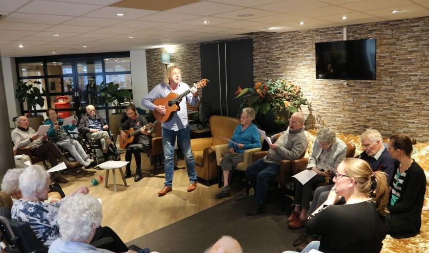 De cliënten oefenen enthousiast, met begeleiding door Renée Post, Huibert-Jan Vader en Elsemieke Markwat. FOTO: Anoukh Bezuijen