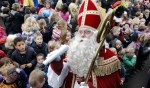 Sint ontroerd door de vele kinderen