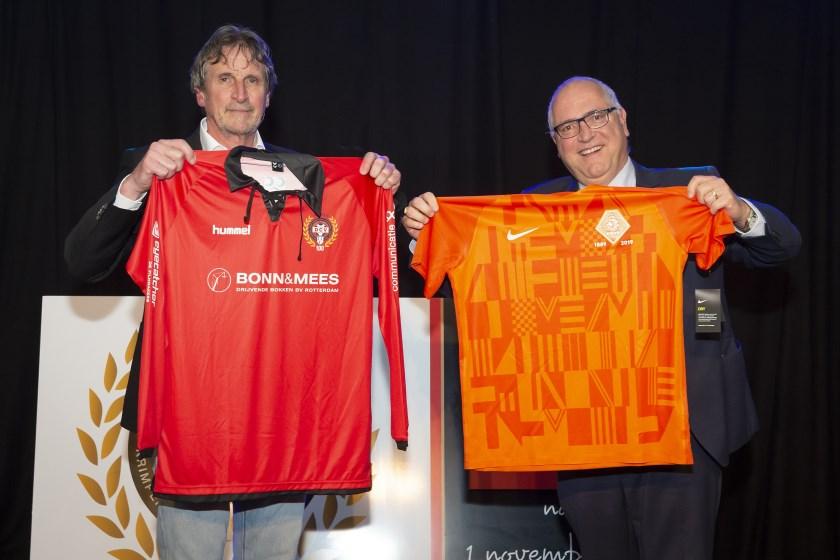 Voorzitter Siem de Wilde (links) met het jubileumshirt van eeuweling DCV.