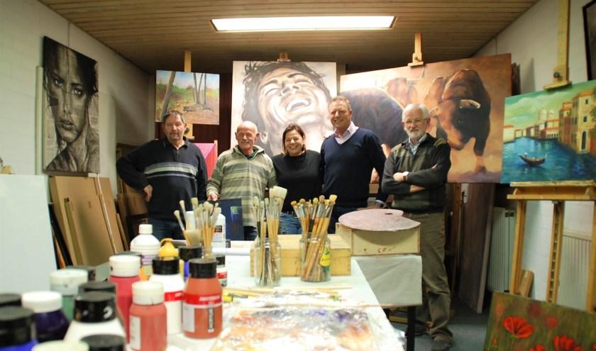 Schildersgroep Peintura: Peter Heuvelmans, Jan Hems, Susan Hoeks-Liebregts, Marcel Noordman en Jan van Rijen in het atelier.