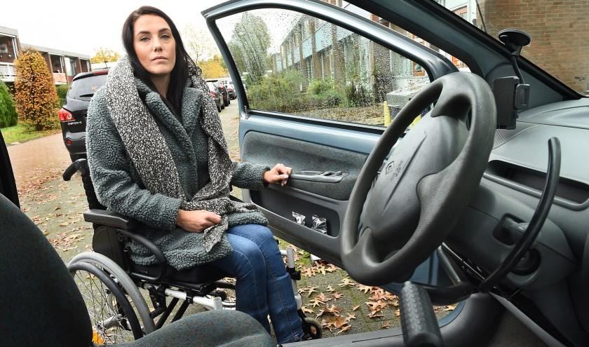 Mara Hendriks met haar aangepaste Renault Twingo. (foto: Roel Kleinpenning)