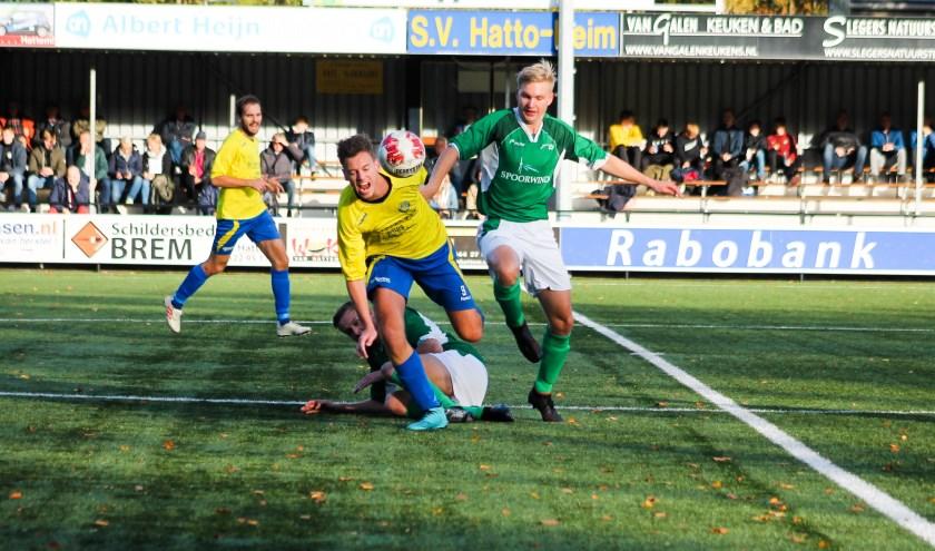 SC Rouveen pakt in de slotfase de overwinning tegen koploper sv Hatto-Heim. Foto: Gradus Dijkman