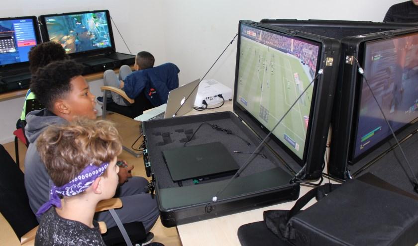 Op de foto zien we een gedeelte van de setting van de gameclub waarbij we kunnen zien hoe kids van verschillende achtergronden allen gezellig met elkaar kunnen zitten gamen.