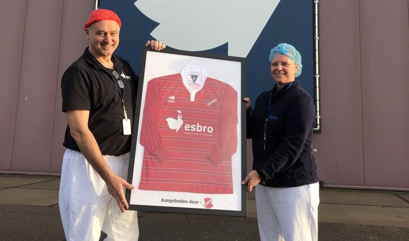 Jan Legters en Martine Vrieze met het door s.v. Concordia-Wehl aangeboden shirt