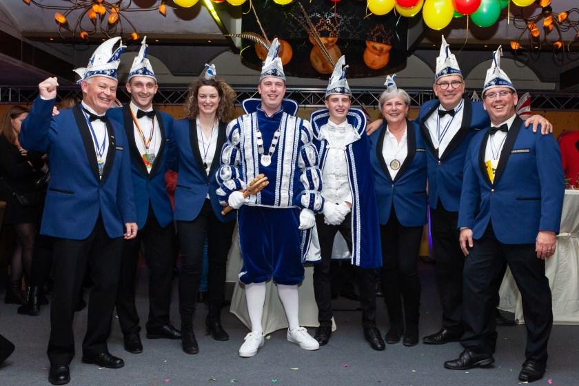 Het Deurdreiers-podium bij Gieling zaterdagavond (vlnr): Geert Smits, Ralf Diesvelt, Kristy Leenders, Prins Thijs de 1e, Adjudant Jelle, Carla Hakvoort, Willy Driessen en Marcel Willemsen.