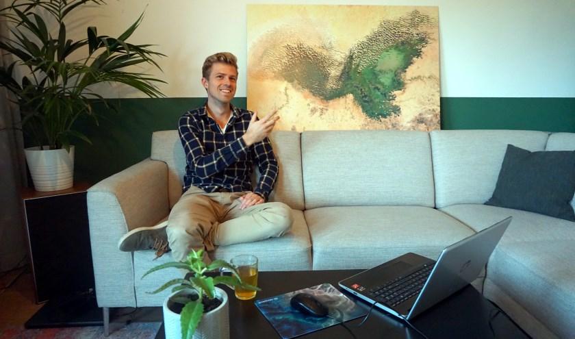 Bart Hoorweg in zijn woning met een van zijn aardplaten.