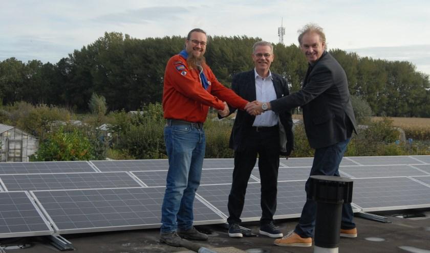 De zonnepanelen werden door Wouter Gorter en Co van Hengel symbolisch aan de leiding van de scouting overhandigd.