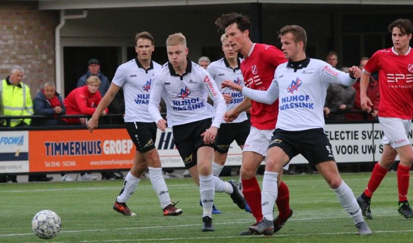 Aron Pouls van SVZW in actie tijdens de wedstrijd op sportpark Het Lageveld. (Foto: Henk Steen)