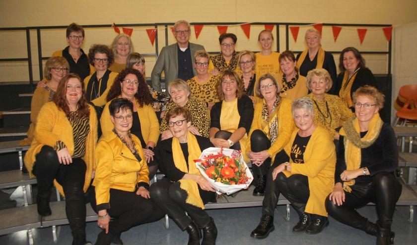 Eugenie Teunissen tijdens de surpriseparty door Dutch Pride, met bezoek en bloemen van wethouder Bekker. (Foto: Lysette Verwegen)