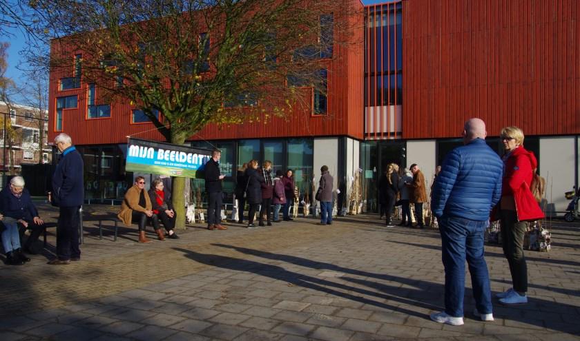 Belangstellenden wachten op de opening van de expositie. (foto: Lianne Portier)