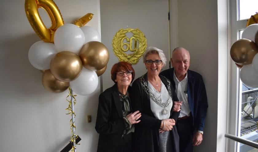 Mieke Hoft-Korte, burgemeester Doret Tigchelaar en Gerrit Hoft. (Foto: Van Gaalen Media)