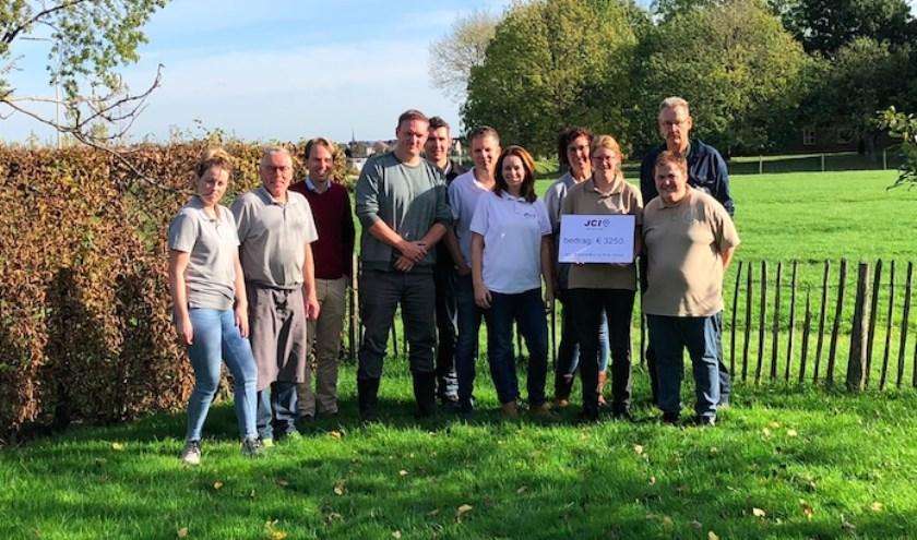 JCI Lek en Linge overhandigt cheque aan Zorgboerderij De Witte Schuur