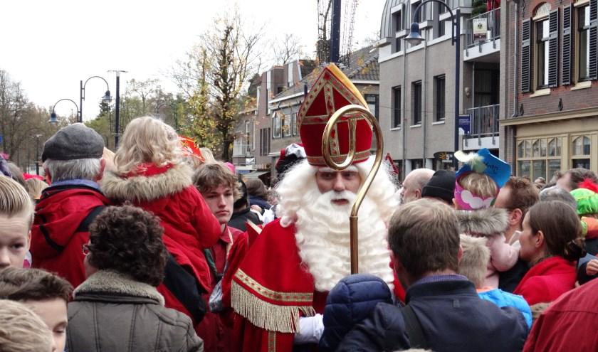 Op zaterdag 16 november zal Sinterklaas met zijn Pieten via de Lindelaan het dorp in komen. Hij verwacht dat ze dan om 15.00 uur bij het podium zijn.
