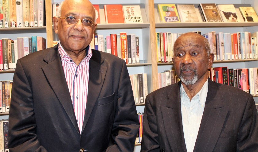 Roy Khemradj (links) met dr. Otmar Henry Buyne in de bibliotheek van Capelle aan denmIJssel (Foto: Annemarie van der Ploeg)