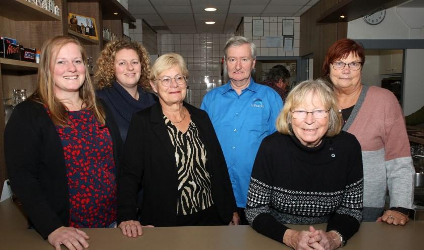 Van links naar rechts: Kirsten, Erika en Ans, vrijwilligers van Het Toverstokje. Midden gastheer Mart, daarnaast gastvrouwen Heidi en Wil. Foto: Theo van Sambeek.