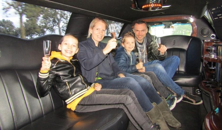 Vader Sander, Moeder Joyce en de kinderen Mila en Sem van Stokkom in de limousine aan de (alcoholvrije) champagne