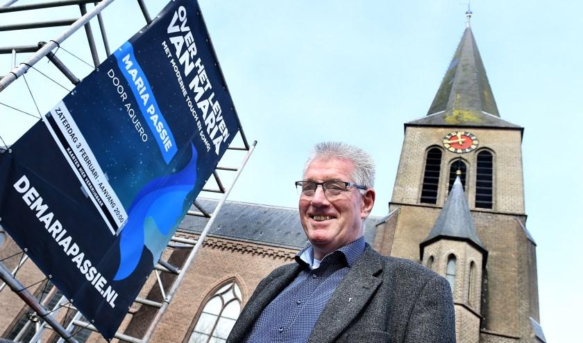 Cor Peters bij de kerk in Gaanderen vorig jaar. (foto: Roel Kleinpenning)