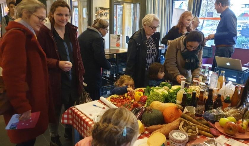 Belangstellenden konden kennismaken met de producten van een groot aantal boeren en producenten uit de regio. FOTO DRECHTSTADSBOER