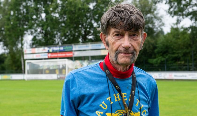 Arend Vinke hield afgelopen weekend de uitslagen van de bekerwedstrijden bij van de teams uit de regio Epe-Heerde-Hattem. Alleen vv Oene bekert door. Foto: Dennis Dekker