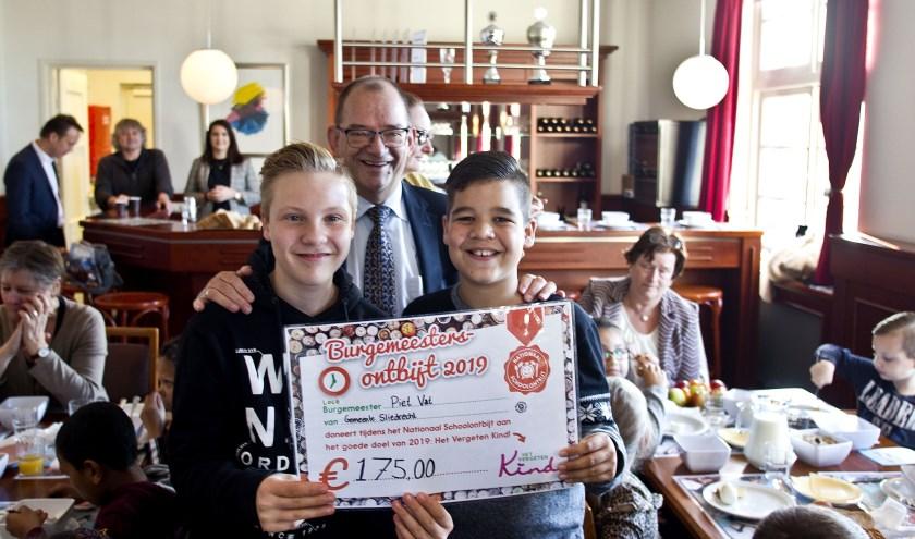 Locoburgemeester Vat overhandigde de chequeaan leerlingen van de Bleyburgh. (Foto: Jeroen Verbueken)
