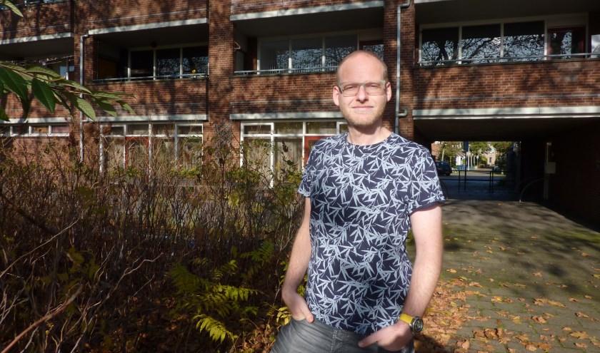 Tim kent gevallen van discriminatie bij het toewijzen van woningen door makelaars. Hij wil dat de gemeente er onderzoek naar doet.