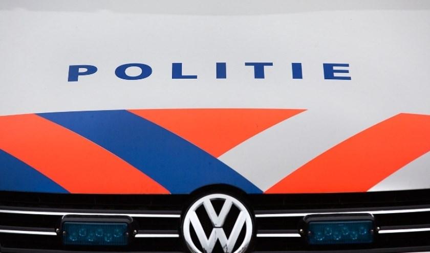 Politielogo op motorkap politieauto.