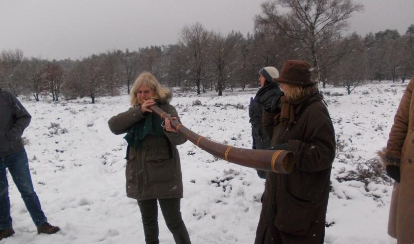 Jeanne Dijkstra blaast op de midwinterhoorn