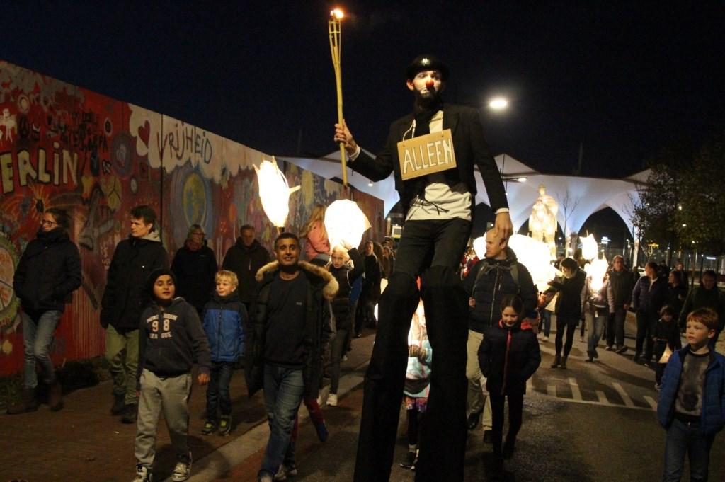 Allerlei bizar verklede mensen liepen mee in de optocht... Wat een hoge stelten! Foto: Johan Maaswinkel © DPG Media