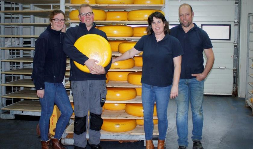 Het team van Zuivelboerderij Noordam uit Hellouw met op de achtergrond hun specialiteit: de dertig-kilo-kaas. (foto: fam. Noordam)