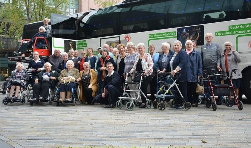 De Zonnebloem Rijssen-Holten bij de museumbus.