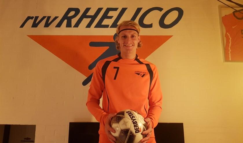 Op de foto Bas van Zanten met als achtergrond het logo van Rhelico.