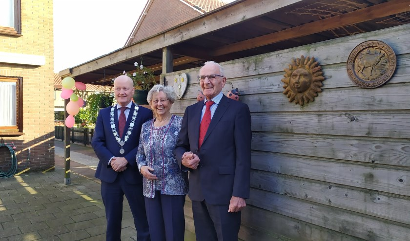 Cor en Gien van Es in hun tuin samen met Burgemeester Ruud van Bennekom. FOTO: Agnes Laurens